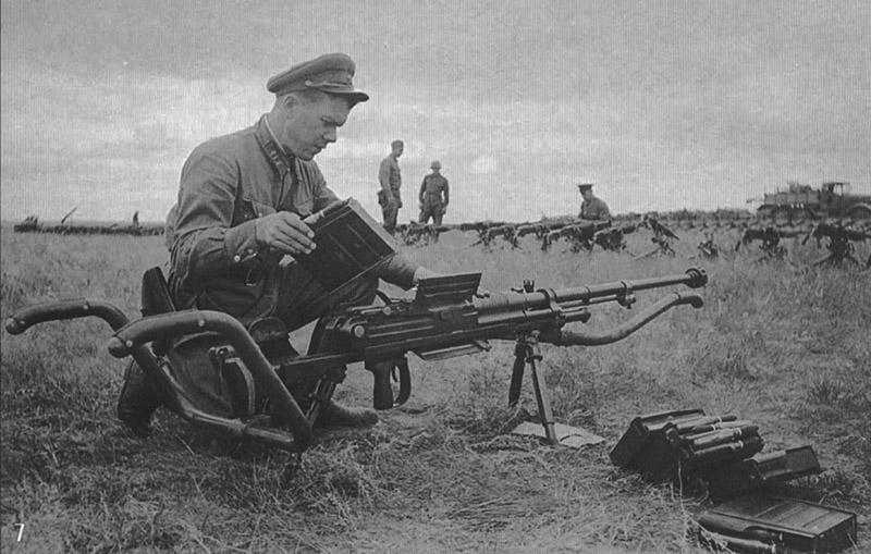 Полковник РККА осматривает японское 20-мм противотанковое ружье Тип 97