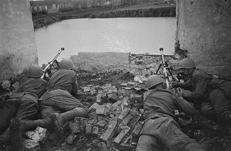 Советские бронебойщики занимают позицию в развалинах дома на южной окраине Воронежа.