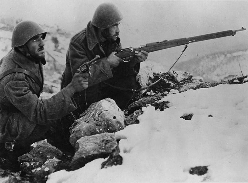 Греческие солдаты в бою в горах во время войны с Италией 1940—1941 годов