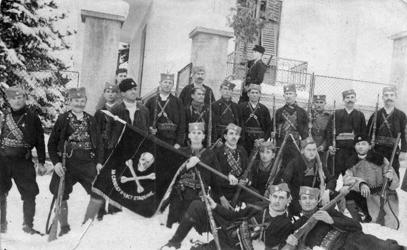 Отряд четников из Делиградского корпуса в городе Сокобаня, Сербия. Револьвер Rast & Gasser M1898 виден за поясом у второго слева бойца