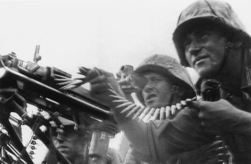 Немецкий пулемётный расчет ведет огонь из MG-34 с оптическим прицелом MGZ-34.