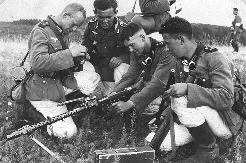 Немецкие солдаты на тренировке с пулемётом MG 34.