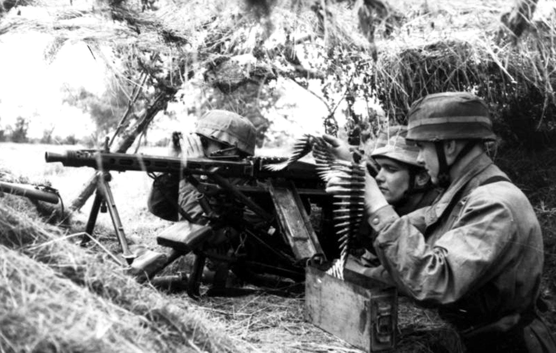 Немецкие парашутисты на позиции с пулемётом MG 42