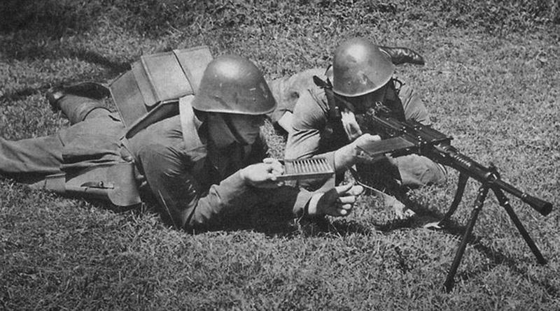 Голландские солдаты на учебных занятиях с итальянским пулемётом Бреда M30.