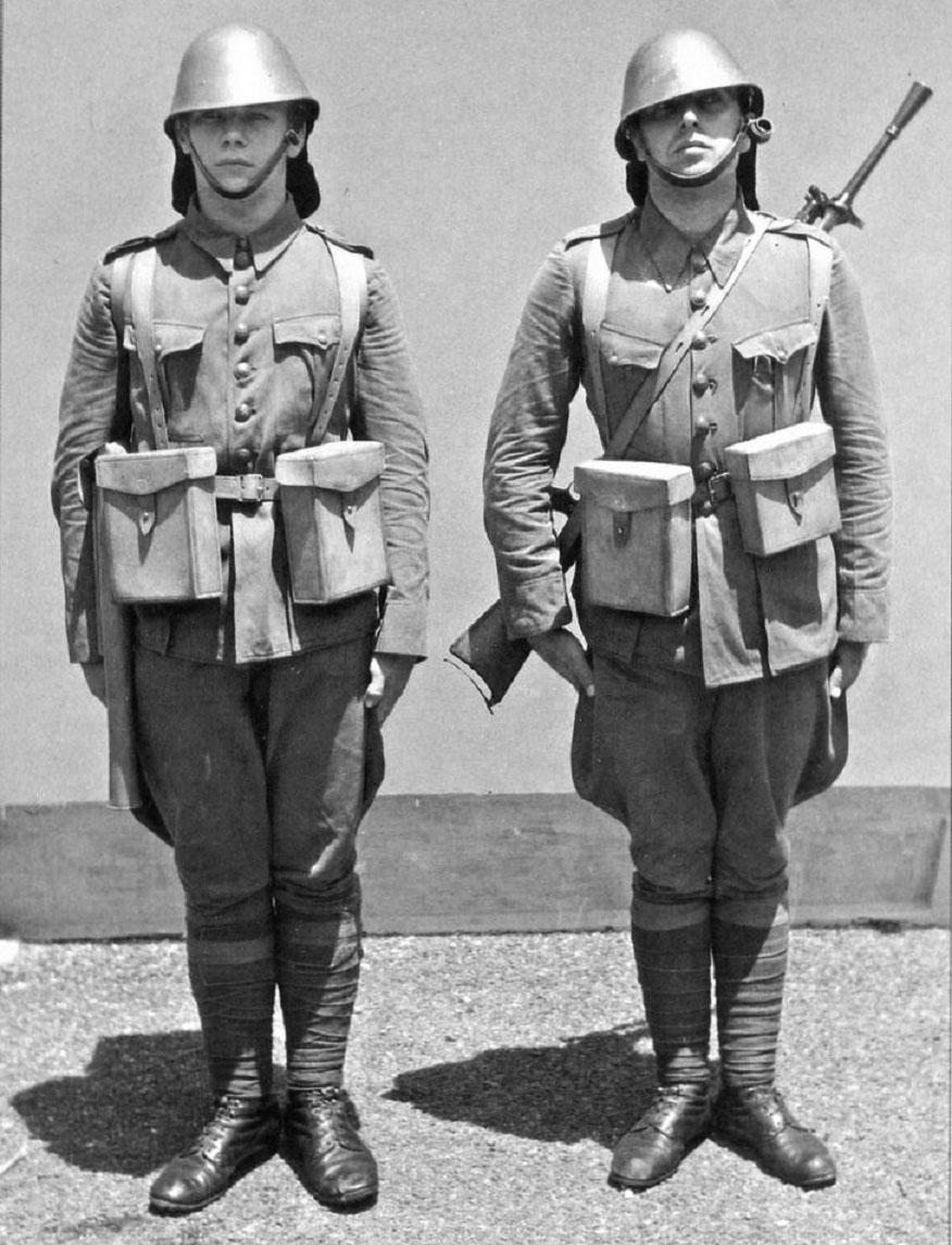 Морcкие пехотинцы-пулеметчики Королевской голландской ост-индской армии на построении