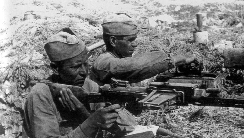 Советские пулемётчики ведут огонь из трофейного итальянского 6,5-мм пулемета Breda Mod. 1930