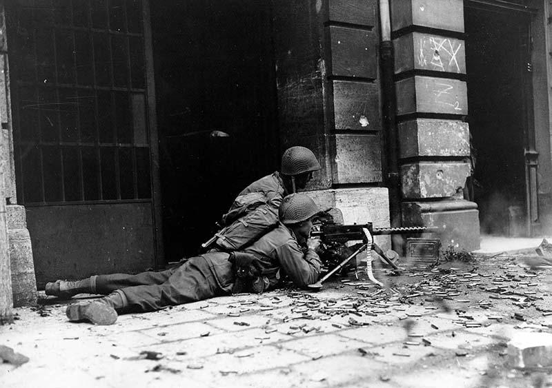 Американский расчет пулемёта М1919А4 ведет огонь по противнику