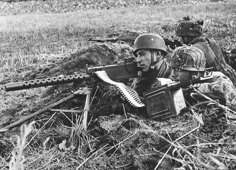 Немецкиt парашутисты, вооруженный трофейным американским пулемётом М1919А4