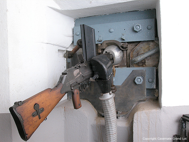 Пулемёт Mle. 1924 M29 с гильзоулавливателем в ДОТе на линии Мажино