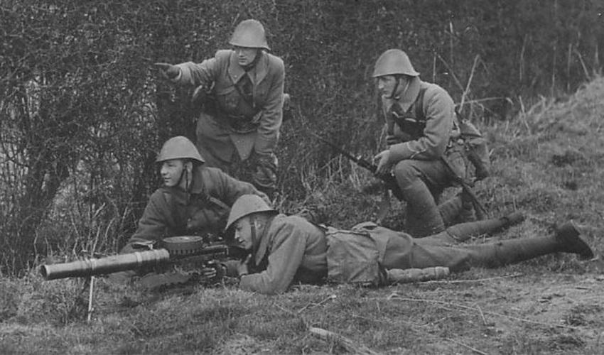 Голандские солдаты с пулемётом Lewis M. 20