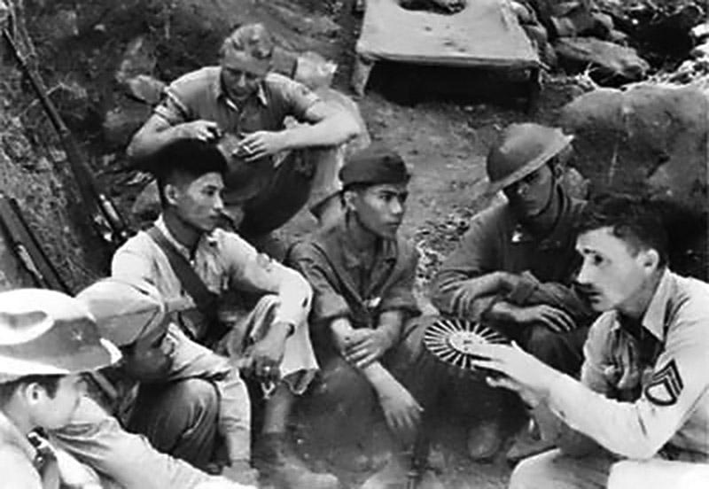 Американский сержант инструктирует филиппинских курсантов в использовании пулемёта Льюиса