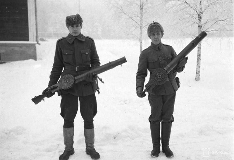Финские военнослужащие демонстрируют ручные пулемёты системы Льюиса