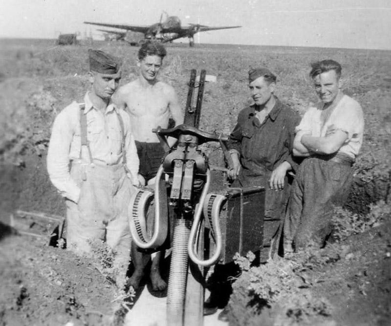 Немецкие солдаты у пулемёта MG 81Z на полевом аэродроме