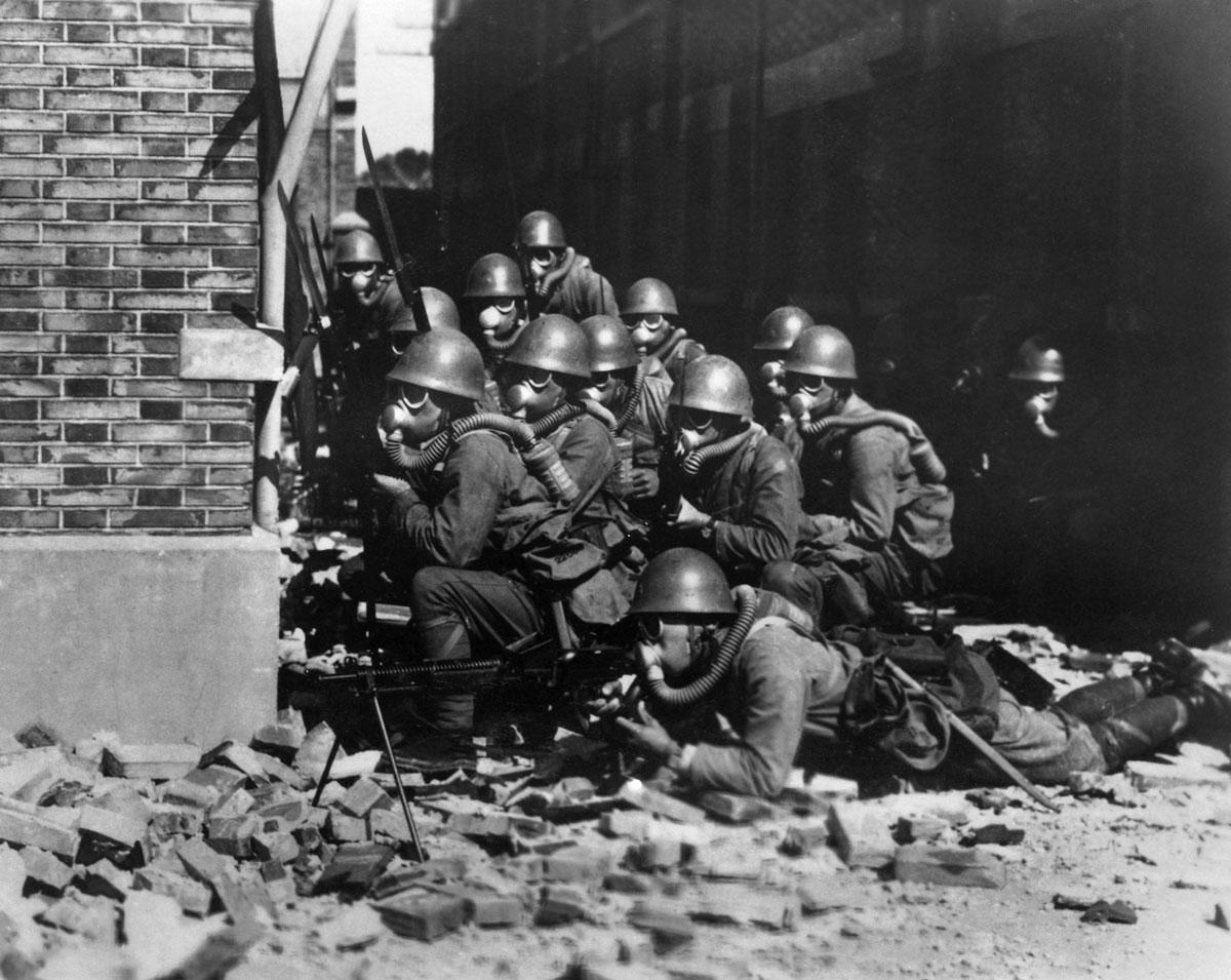 Японские солдаты из бригады морского десанта на улицах Шанхая