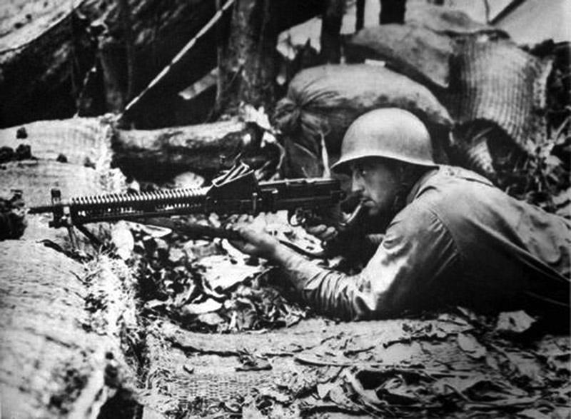Американские солдат на позиции с трофейным пулемётом Тип 11