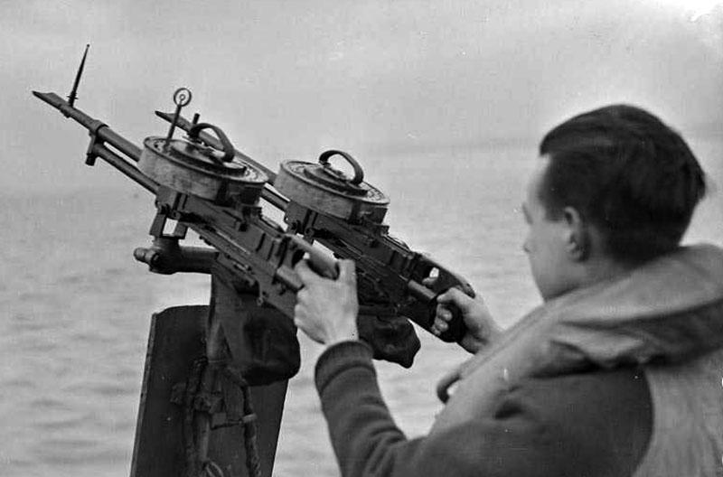 Спаренная установка пулемётов Vickes K на спасательном катере Королевских ВВС