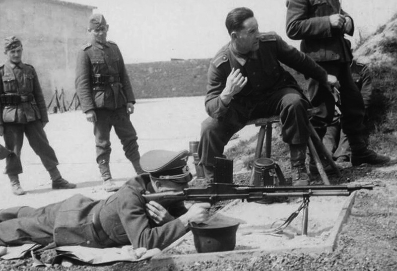 Немецкий офицер тренируется в стрельбе из пулемёта ZB vz. 26