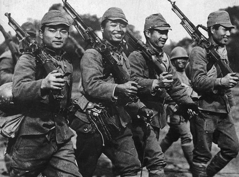 Шеренга японских солдат на марше с трофейными пулеметами