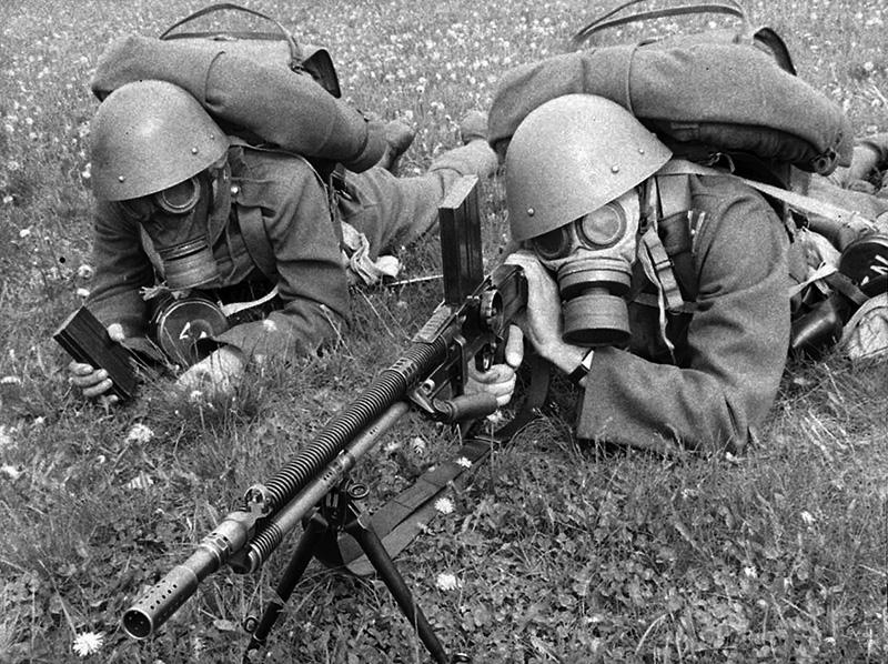 Чехословацкие солдаты в противогазах с пулеметом ZB vz. 26