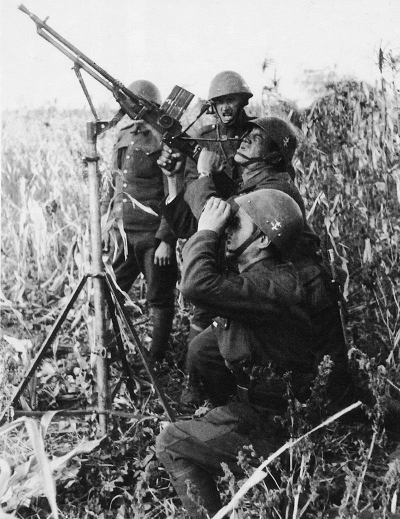 Словацкие зенитчики ведет огонь по советскому самолету, сентябрь 1941