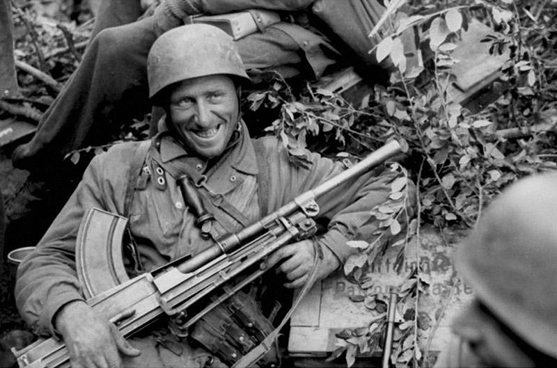 Немецкий десантник-парашютист позирует с трофейным пулемётом Брен