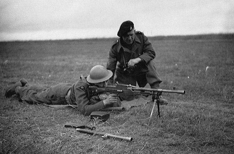 Английский солдат упражняется в стрельбе из пулемёта Bren Mk. I