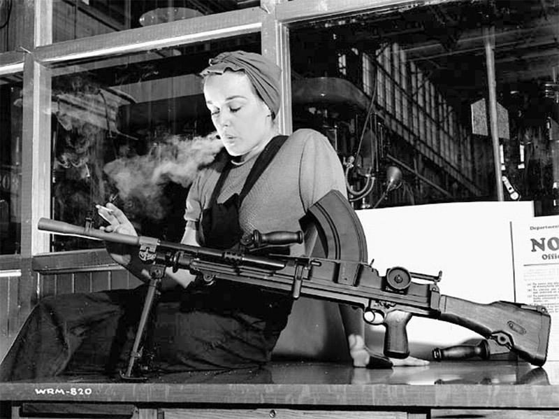 Работница завода John Inglis and Company Вероника Фостер позирует с пулемётом Bren Mk. I