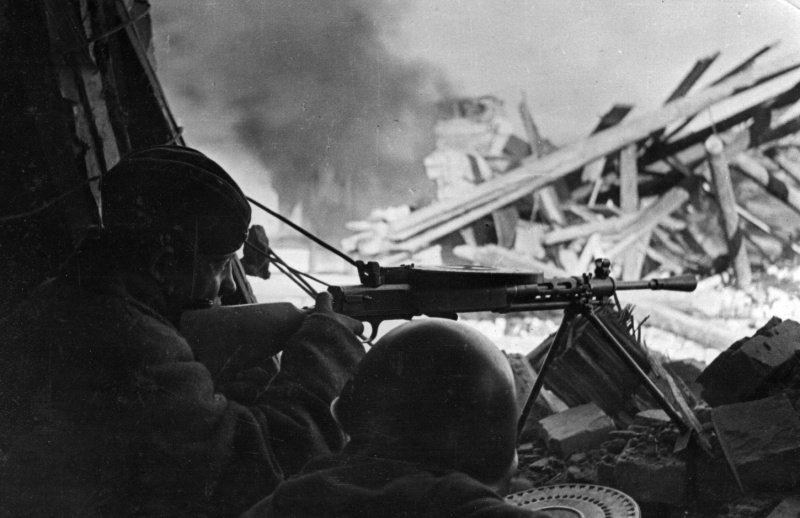 Советский пулемётный расчет на огневой позиции