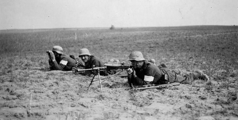 Венгерские солдаты с трофейным советским пулемётом ДП