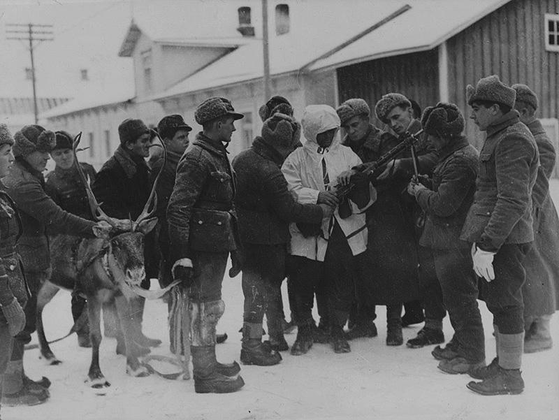 Финские солдаты рассматривают трофейный пулемёт ДП