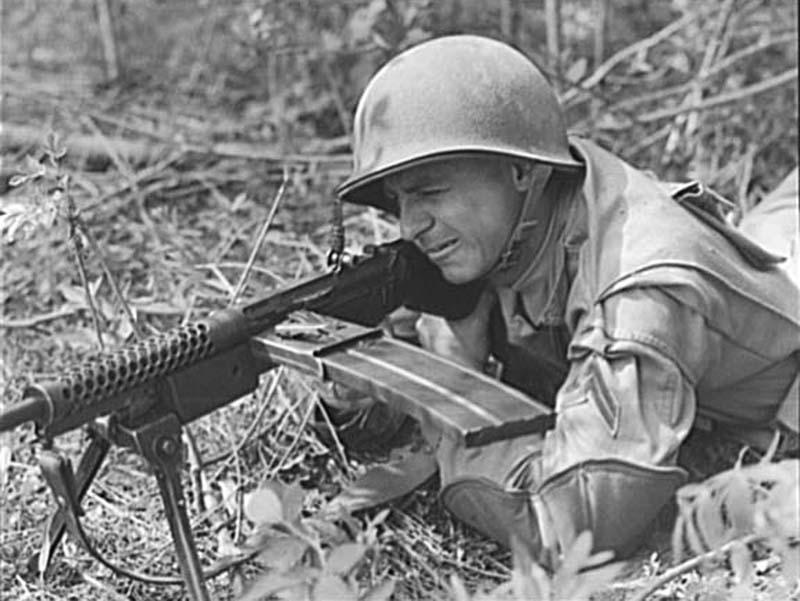 Американский солдат ведет огонь из пулемёта Johnson M1941