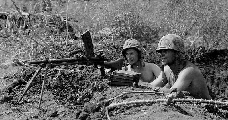 Американские морские пехотинцы с пулемётом Тип 96