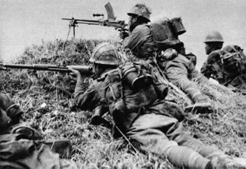 Японские солдаты на позиции с пулемётом Тип 96