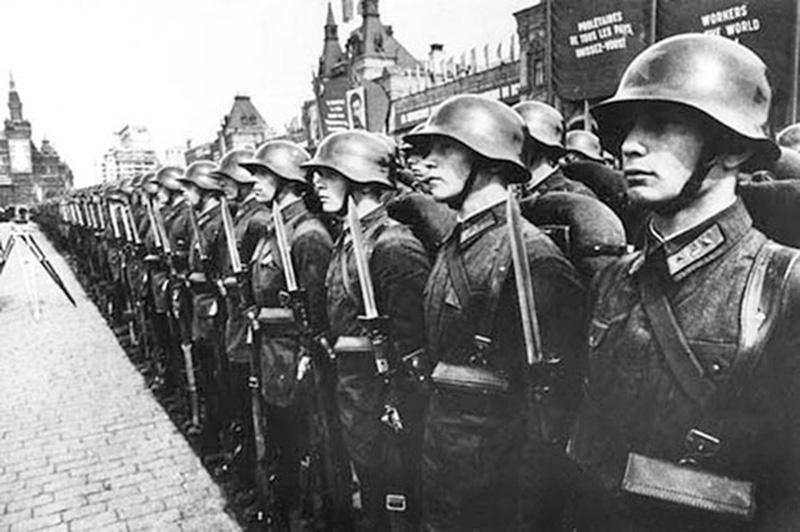Бойцы 1-й Московской Пролетарской стрелковой дивизии вооруженные винтовками АВС-36 на параде 1 мая 1938 года.