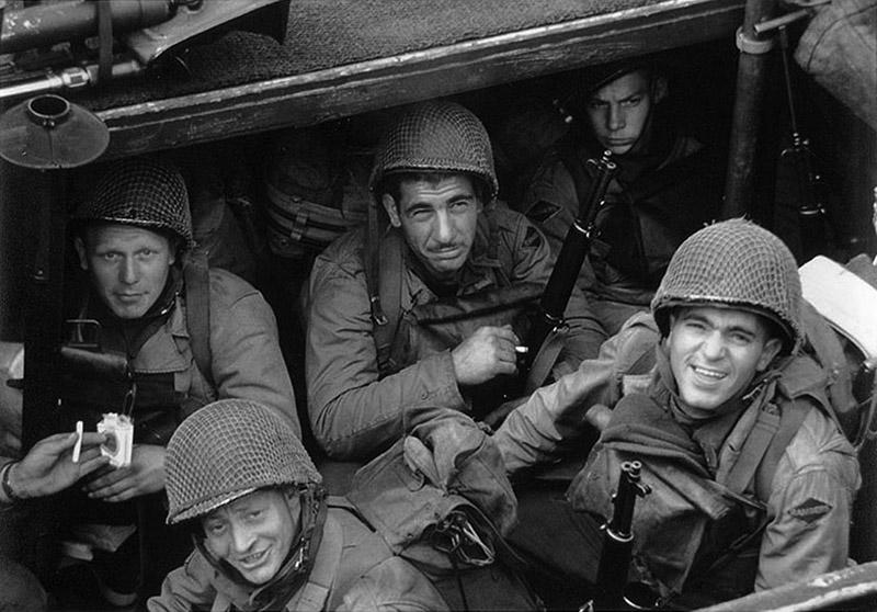 Американские рейнджеры на десантном корабле в английском порту ждут сигнала к отплытию к побережью Нормандии