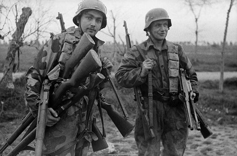 Немецкие солдаты с трофейным американским оружием