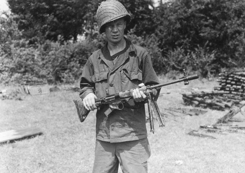 Солдат армии США с трофейной немецкой автоматической винтовкой FG-42 тип «E»