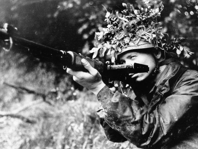 Немецкий парашутист c автоматической винтовкой FG-42 тип «E»