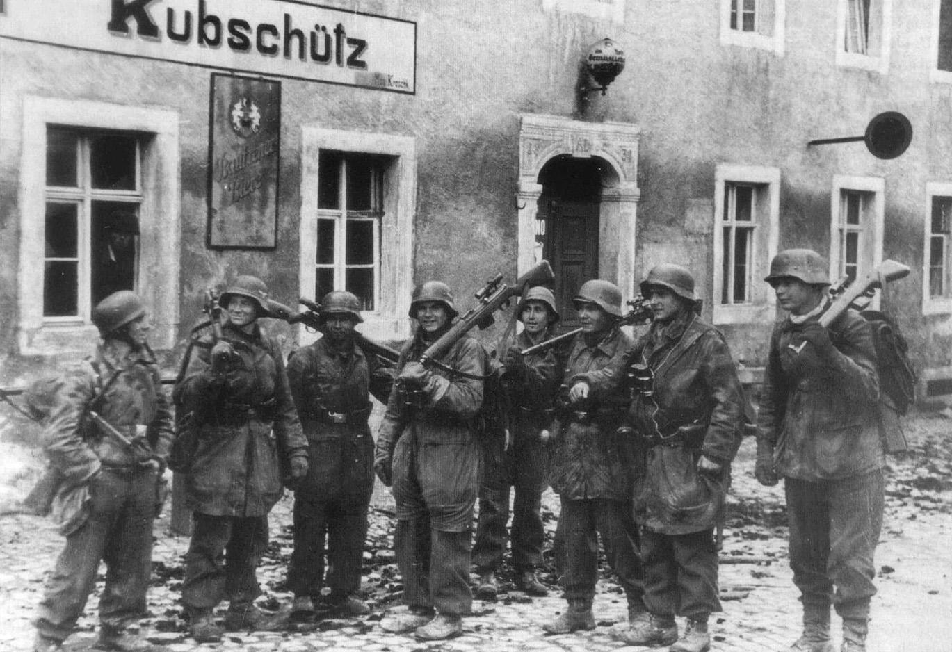 Снайперы из дивизии «Герман Геринг» с винтовками G43/K43. Баутцен, апрель 1945 года