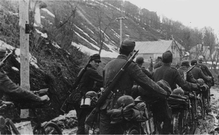 Бойцы немецких велосипедных войск вооруженные винтовками G41 на марше