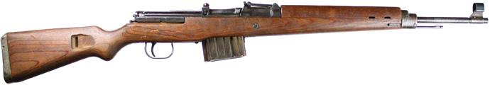 Немецкий солдат вооруженный самозарядной винтовкой G43/K43 в окопе