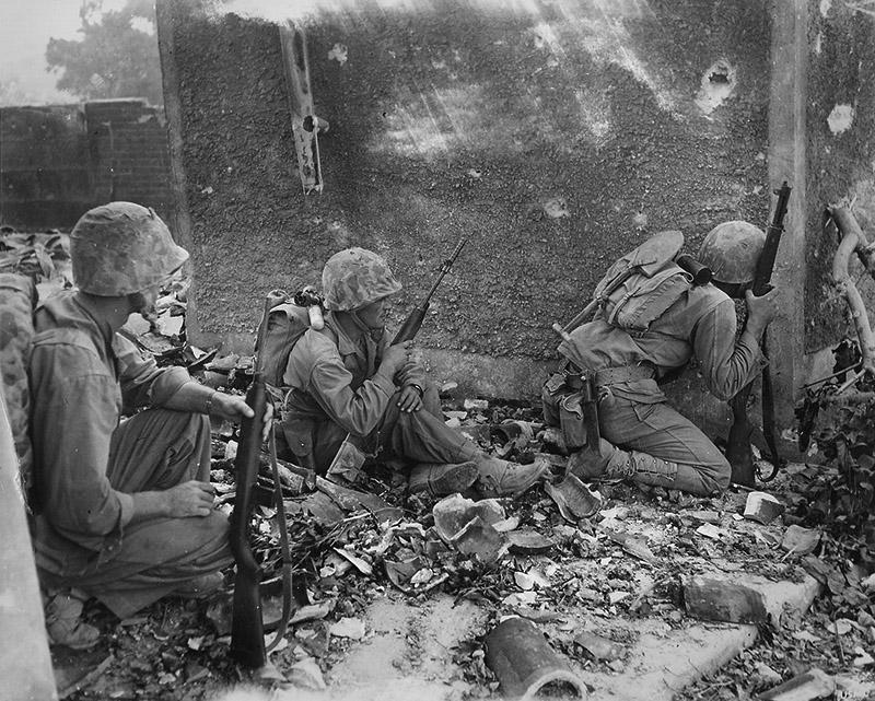 Морские пехотинцы 6-й американской дивизии укрываются около стены на Окинаве