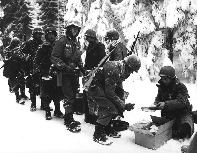 Карабин М1 на плече у американского солдата из 347 пехотного полка. Бельгия, 1945 год