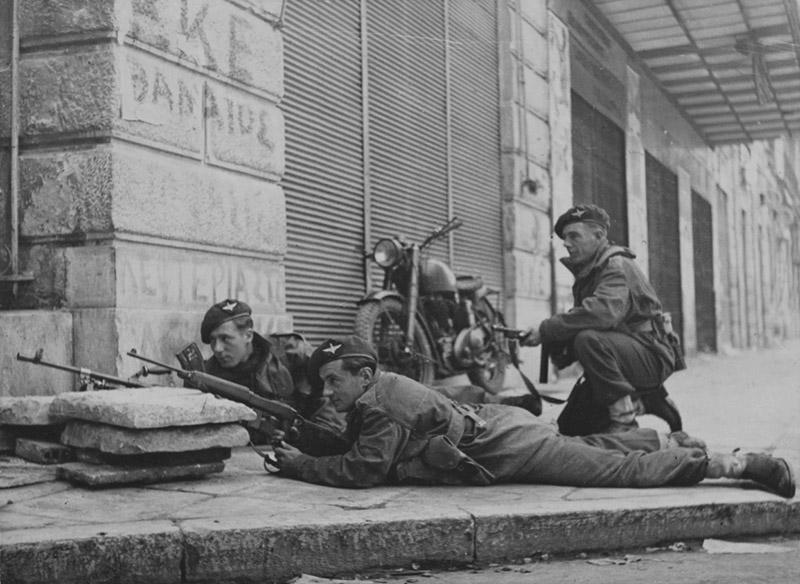 Трое солдат 5-го шотландского парашютного батальона 2-й британской парашютной бригады на улице Афин во время боев с Народно-освободительной армией Греции. Солдат на переднем плане вооружен карабином М1А1