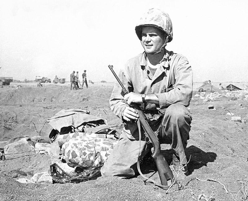 Американский морской пехотинец с карабином М1 на пляже на Иводзиме