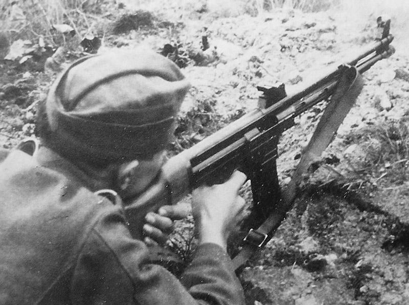 Немецкий солдат ведет огонь из MKb.42(H)