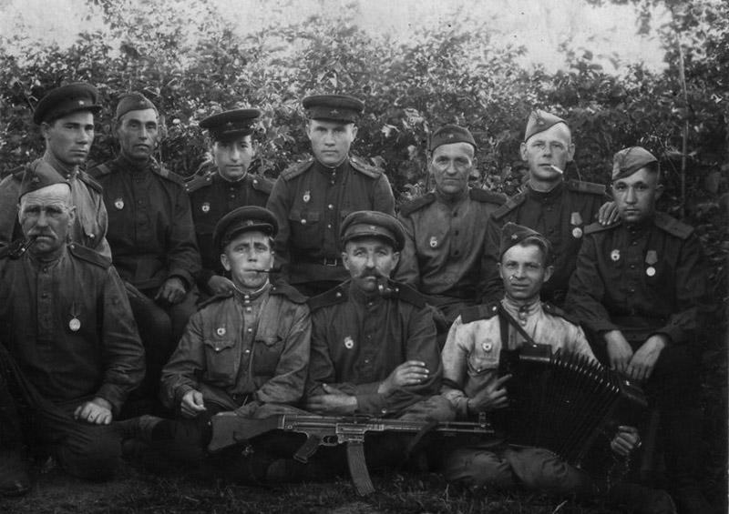 Групповое фото бойцов Красной армии с редким трофеем