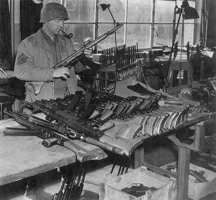 Американский солдат осматривает MKb.42(W) захваченные на заводе Walther