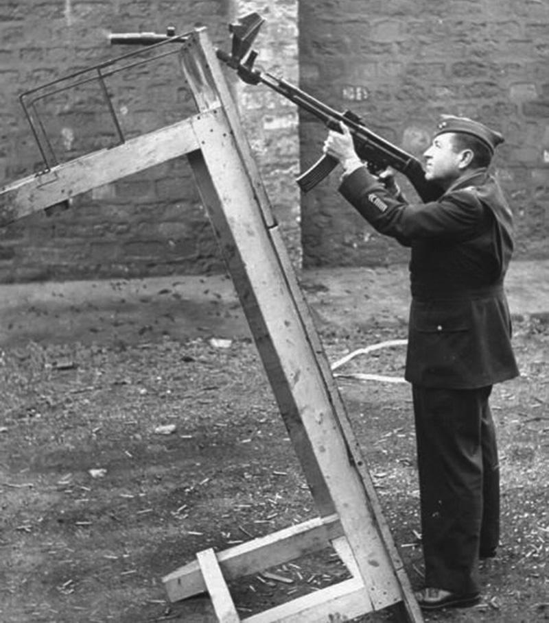 MP 44 в положении для стрельбы гранатами с помощью Vorsatz J у американского солдата