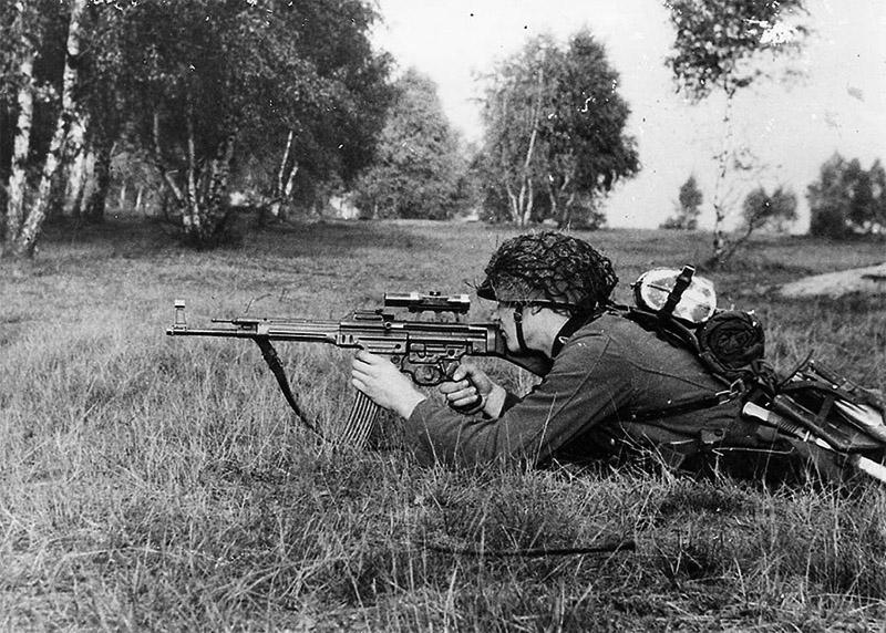 Немецкий солдат ведёт огонь StG 44 с прицелом ZF4